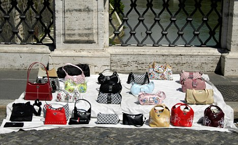 AC2G41 Fake designer handbags sold in the street, Rome, Italy