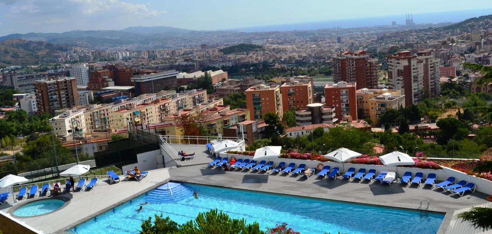Cooling off at the best pools in barcelona citylife for Barcelona pool garden 4